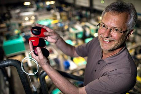 """Theo Besgen mit der """"fairen Maus"""" für Nager IT, vorwiegend aus Biokunststoffen."""