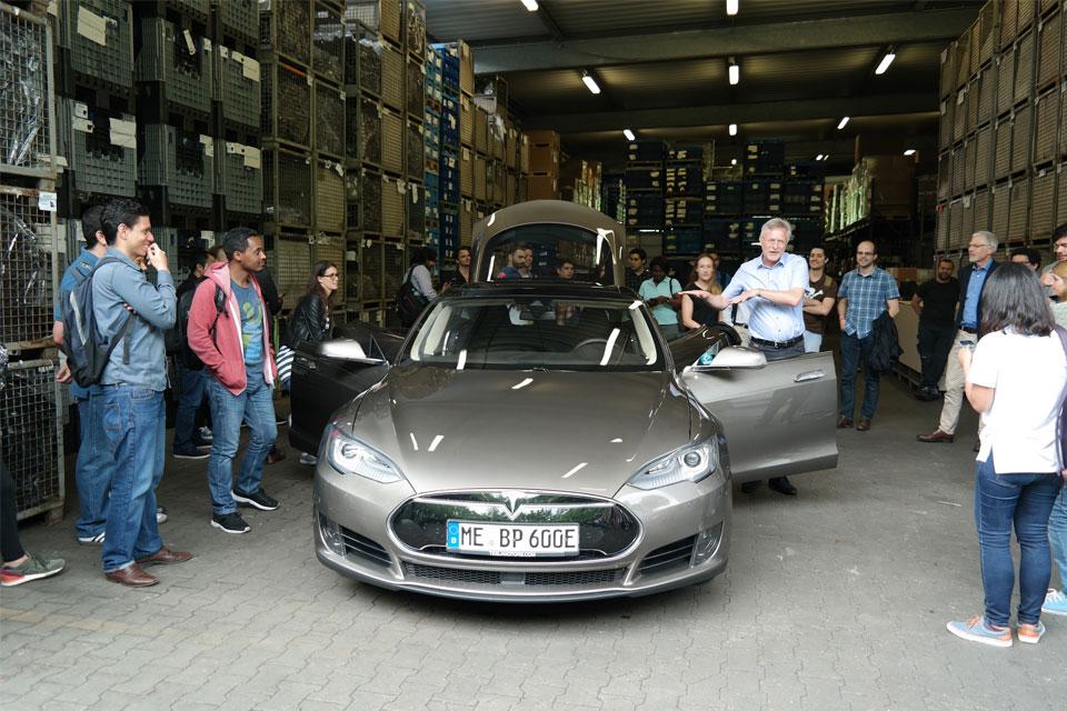 Das Tesla Model S fand großen Anklang bei der internationalen Studentengruppe der TH Köln.