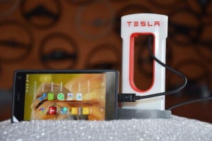 Fairphone mit Tesla Ladestation