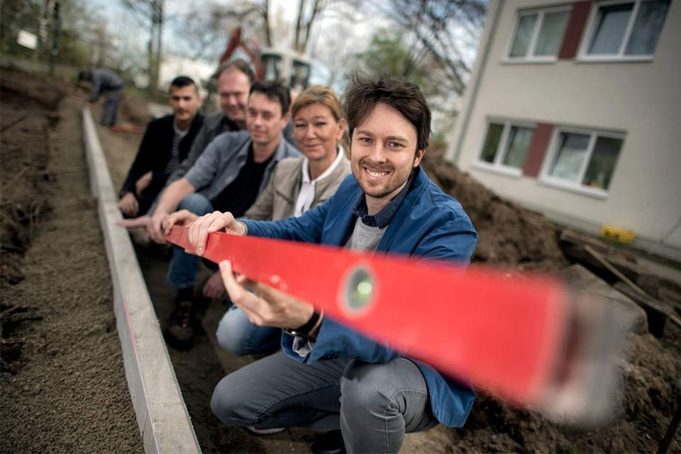 Johannes Besgen has launched the garden project. Ewa Birkner, Thomas Luna Barraza, Gisbert Hammer and Khalid Al-Najjar (from right to left).